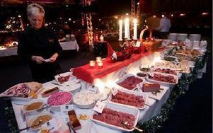 Julbordet på Galaxen blandade det lokala med det traditionella. På bilden syns Tuula Kinnunen välja bland det kalla utbudet.FOTO: TOMAS NYBERG