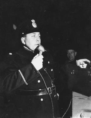 Poliskonstapel dirigerar luciatåget i Örebro 1950.