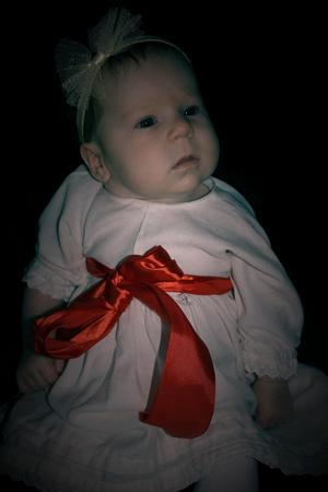 Glad Lucia önskar Leia 8veckor som bär en klänning som hennes farmor haft när hon var liten.