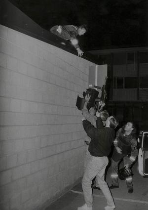 När k-pistmannen barrikaderade sig i Biljardhallen omringade polisen hela kvarteret. Beväpnade poliser utposterades på taken i närbelägna hus. Avspärrningar upprättades för att hålla alla nyfikna borta.