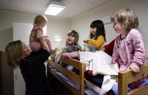 Barnskötaren Annika Nygren Eriksson busar med nattis-barnen Minna, Anouk, Luna och Nathalia.