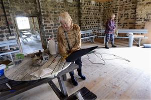 Överbliven nålfilt från Dalateatern, och ett skrotat trädgårdsbord – det blir en flytande lotusblomma när Sylvia Darnell är klar. Slaggstallet i Svaben har blivit de tre konstnärernas verkstad