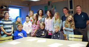 Anna Funke och Björn Holmgren tillsammans med de engagerade tidningsmakarna - eleverna i sjätteklass i Siljansnäs.