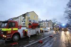 Ett helt trapphus vid Vindarnas väg utrymdes under några timmar sedan det börjat brinna på en balkong på tredje våningen.