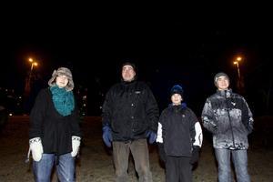 NÖJDA. Dag Tedenby, Gävle, tog med sig barnen Lovisa, Per och Jarl för att kolla in fyrverkeriet.