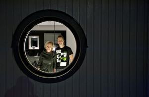 Fönstren är köpta i Norge och har ett U-värde på 0,7 vilket är mycket bra. I väggarna finns råttsäkert foamglas.