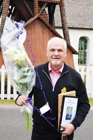 John Carlsson, Årets Sonfjällsbygdare, med blomsterkvast och andra priser han fick motta på stormötet i Hede i lördags.