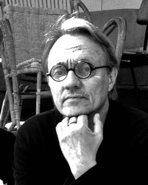 Claes Wiberg ställer ut både tänkespråk och oljemålningar med start idag i Hoverberg