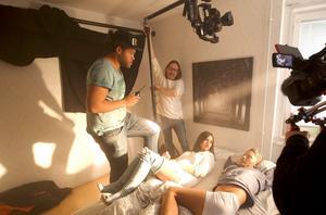 """Underinspelningen i Sundsvall i påskas stod Stefan Hallgren för personregi i JoakimLundells nya musikvideo. Filmfotografen Daniel Riley syns tillsammans med en av statisterna som illustreraravsnittet """"Self harm"""" i serien som bygger en berättelse innan musikvideonsläpps i slutet av maj."""