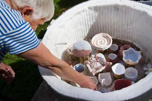 Keramikern Lena Andersson höll i kursen och hade hand om brännugnen.