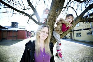 Sandra Nyberg fick rätt. Förskolechefen ändrade sig och nu får Noel mer tid på förskolan men Emmy får vänta till dess att hon fyller tre.