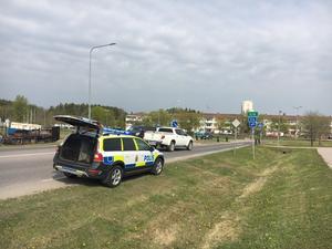 Så här ser det ut vid olycksplatsen. Personbilarna som syns bakom polisbilen är inte inblandade i olyckan, de åkte bara förbi.