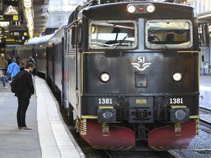 Ett tåg med destination Linköping står still på Stockholms central.