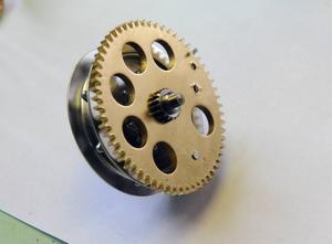 Att reparera en gammal klocka innebär ett pyssel.