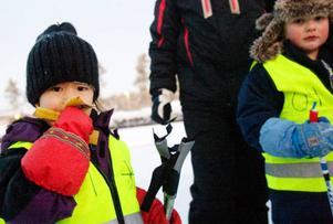 """Banan är nummer ett innan skidleken drar igång.  Nelly Norrman, till vänster, deltar för första gången.Hennes pappa Jonas Norrman är en av skidleksledarna.""""Vi har bara bott här i två år, det här är ett väldigt bra sätt att lära känna andra, säger han.Foto: Ulrika Andersson"""