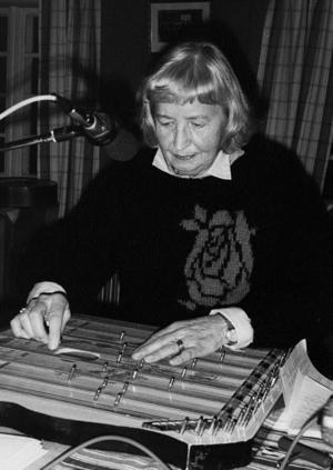 1988 tog Kjell-Erik Eriksson bilden på Thyra Karlsson under en radioinspelning.