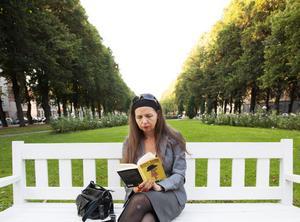 LETAR TILLKORTAKOMMANDEN. Koreografen och regissören Birgitta Egerbladh utvecklar sitt ständiga tema – människans tillkortakommanden, i synnerhet kroppens – med utgångspunkt i neurologen Oliver Sacks bok.