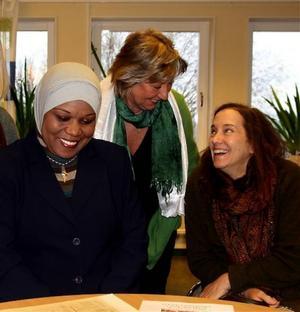 Abla Eid Za´bout tillsammans med Gunnel Oldenmark och Jamie Bolling i planeringsgruppen, några av de kvinnor som gjort samarbetet möjligt.