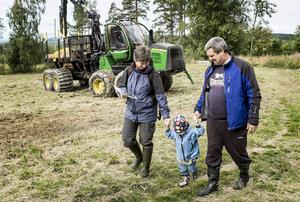Patrik Gustafsson och Carina Strand besökte skogens dag med sin 2,5-åriga dotter Olivia.   – Det är mestadels för att Olivia ska känna sig hemma i skogen, sa pappa Patrik.