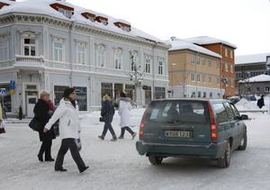 Hur går man? I centrala Hudiksvall råder trafikanarki och ingen skillnad görs på gågata och bilväg.