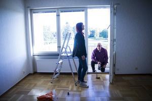 Anneli och Matti Hirsimäki har gjort en del fynd. Bland annat en balkongdörr, som visserligen satt fast ordentligt.