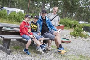 Familjen Olofsson bor annars på Lidingö men hälsar på släkten under semestern.