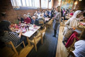 Röda korset och Svenska kyrkan bjöd på julmat i Stora kyrkan.