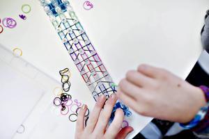 Med en så kallad virkbräda går det att göra treradiga armband.