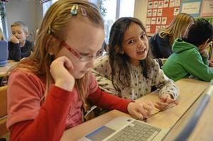Hjälps åt. Tuva Holmberg och Alicia Hellgren hjälps åt med dagens blogguppgift.