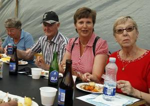 UNDERBART. Lisa och Herbert Holmgren, från Skutskär, smakade på de olika strömmingsrätterna tillsammans med Lena Wennberg, Hedesunda och Ingrid Hallgren från Segeltorp.