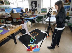 Med en bild i taget får man bråktavlan att skildra de olika bråkdelarna. Olivia Lind och Jenny Stefansson från Söderala tycker det är ett roligt sätt att lära sig matte.