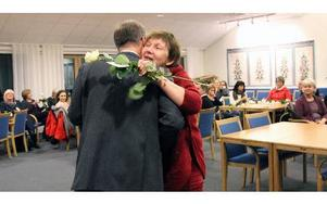 Eva Fändriks, undersköterska på Edshults hemtjänst, är en av dem som lyfts fram som en förebild i sitt arbete. Rosutdelarna Göran Wigert fick många karamar. FOTO: EVA HÖGKVIST