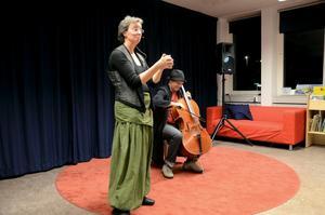 Maria Sedell och Andreas Jacobsson bjöd tillsammans på berättelsen om Anna-Stinas Knas liv. Foto: ÅSA ERIKSSON