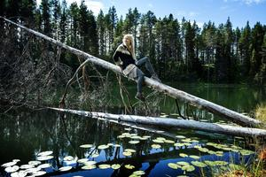 Det silvergrå trädet som lutar sig ut över tjärnen är en av Jonna Jintons favoritplatser.