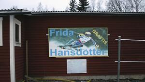 Medaljhopp i OS. Frida Hansdotter hyllas i slutet av backen.