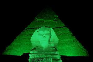 Monument över hela världen färgas gröna på St Patricks Day, bland annat pyramiderna i Giza.