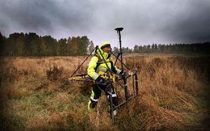Allan Eliasen från Damasec skannar av Myran med data Logger/3 sondé. Foto: Staffan Björklund