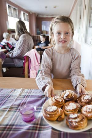 Maja Brink, 6 år, ställer fram bullar till fikat. De går åt.