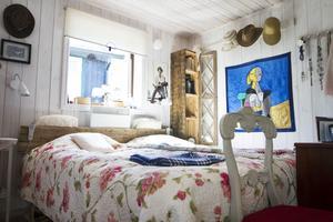 På 40 kvadrat i sjöstugan har de fått plats med ett sovrum, ett loft, fullstort kök och badrum.