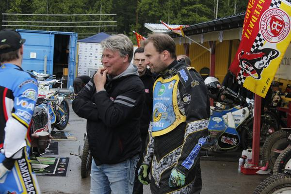 Mikael Teurnberg i samspråk med Freddie Eriksson när SM-kvalet kördes i Hallstavik för ett par veckor sedan. Eriksson kvalade in som reserv till SM-finalen.