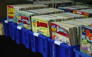 Serietidningar. Serietidningar av äldre årgångar såldes på torgmarknaden i Garpenberg.