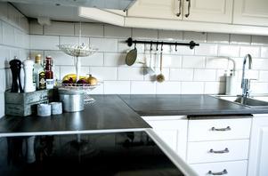 Vitt kakel, nya handtag på lådor och skåp och en ny bänkskiva gav köket den lantliga touch som de ville komma åt.