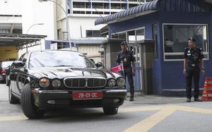 Nordkoreas ambassadör lämnar rättsavdelningen på sjukhuset i Kuala Lumpur.