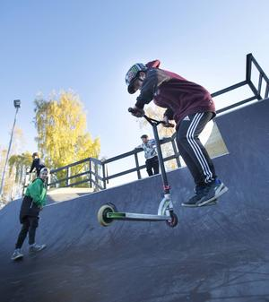 Felix Persson snurrar sparkcykeln i luften.
