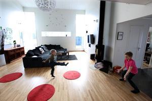 I huset finns det gott om plats att sparka boll. Hjalmar och Douglas skjuter straffar.