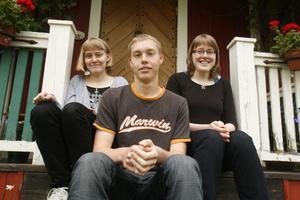 Sara, Jonathan och Emma Jonsson fyller 18 år på måndag och hoppas att det blir dubbla tårtor om Jonathan klarar uppkörningen på tisdag.