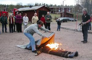 Västannor/Smedby var första byn som utbildades för snart sex år sen. Här en bild från den praktiska lektionen.