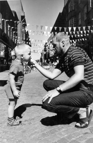 1969. Nu har Prästgatan mellan Biblioteksgatan och Stortorget blivit gågata. Pär Lingman, 2 år, och pappa Gösta tog en sväng där.