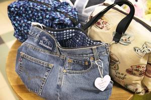 Denna väska har tillverkats av ett par jeans. En av många saker som ställs ut på mässan.
