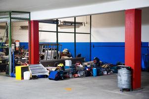 Där det finns rum. Där förvaras det beslagtagna godset. Just det här partiet upptar en parkeringsficka i garaget.